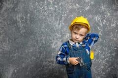 Chłopiec w ciężkim kapeluszu z budowy linią i pudełku narzędzia Obrazy Royalty Free
