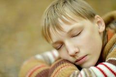 Chłopiec w ciepłym puloweru sen Zdjęcia Royalty Free