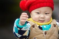 Chłopiec w czerwonej zimy trykotowym kapeluszu Obraz Royalty Free