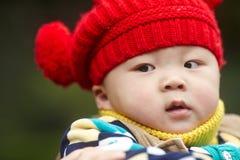 Chłopiec w czerwonej zimy trykotowym kapeluszu Zdjęcia Stock