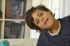 Chłopiec w jego izbowej ziemi kuli ziemskiej w pobliżu Obrazy Stock