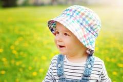 Chłopiec w kapeluszowej pozyci na polu obraz stock