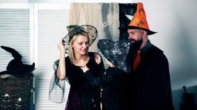Chłopiec w kostiumu kościec mówi okropne opowieści jego rodzice na Halloween Halloweenowy świętowania pojęcie zdjęcie wideo