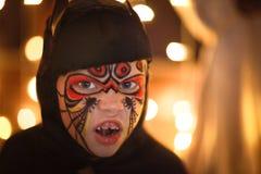 Chłopiec w kostiumu nietoperzu na ciemnym tle, tajemniczy dzieciństwo H fotografia stock