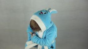 Chłopiec w kostiumu Wielkanocny królik zbiory wideo