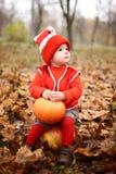 Chłopiec w kostiumu z dyniowym gnomem w jesień parku Obrazy Stock