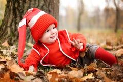 Chłopiec w kostiumu z dyniowym gnomem w jesień parku Zdjęcia Stock
