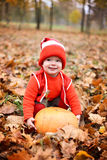 Chłopiec w kostiumu z dyniowym gnomem w jesień parku Fotografia Stock