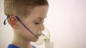 Chłopiec w masce inhalator taktuje zdjęcie wideo