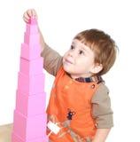 Chłopiec w Montessori dziecinu zbiera zdjęcia royalty free