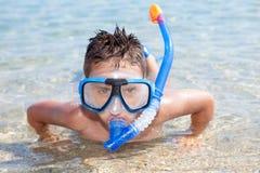 Chłopiec w morzu z pikowanie maską Zdjęcie Stock