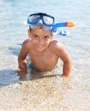 Chłopiec w morzu z pikowanie maską Fotografia Stock