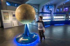 Chłopiec w Moskwa planetarium uranach muzeum, Rosja Fotografia Stock