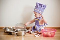 Chłopiec w naczelny kapeluszu i fartuchów gotować Fotografia Stock