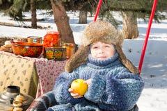 Chłopiec w nakrętce z earflaps bawić się zima parka Obraz Royalty Free