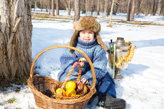 Chłopiec w nakrętce z earflaps bawić się zima parka Fotografia Royalty Free