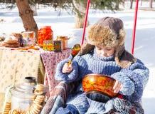 Chłopiec w nakrętce z earflaps bawić się zima parka Fotografia Stock