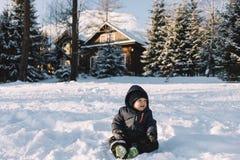 Chłopiec w niebieskiej marynarki sztuce z śniegiem, zima wakacje Obrazy Stock