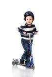 Chłopiec w ochrona hełmie w niepokojach i kolana i ręki Fotografia Royalty Free
