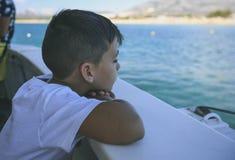 Chłopiec w pokładzie rejs Zdjęcie Stock