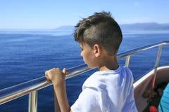 Chłopiec w pokładzie rejs Zdjęcia Royalty Free