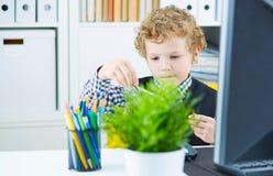 Chłopiec w postaci urzędnika bawić się z dividers Zdjęcie Royalty Free