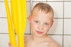 Chłopiec w prysznic mienia paddles od łodzi Obrazy Stock