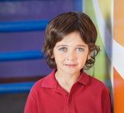 Chłopiec W Przypadkowy ono Uśmiecha się W Preschool fotografia stock