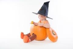 Chłopiec w pumpking w czarownicy mienia kapeluszowym cukierku obrazy stock