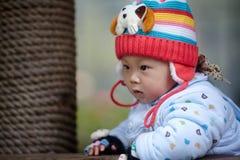 Chłopiec w różowej zimy trykotowym kapeluszu Zdjęcia Royalty Free