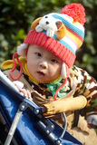 Chłopiec w różowej zimy trykotowym kapeluszu Obrazy Stock