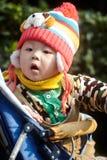 Chłopiec w różowej zimy trykotowym kapeluszu Obraz Stock