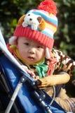 Chłopiec w różowej zimy trykotowym kapeluszu Zdjęcie Royalty Free
