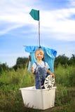 Chłopiec w ręcznie robiony statku outdoors bawić się Fotografia Royalty Free