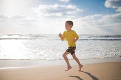 Chłopiec w skrótach i żółtej koszulce Zdjęcia Stock