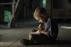 Chłopiec w starym domowym czytaniu tajemnicza książka zdjęcie stock
