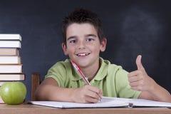 Chłopiec w szkolnym biurku obrazy stock