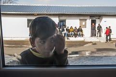 Chłopiec w uchodźcy obozie w bawić się Obraz Stock