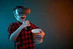 Chłopiec w VR słuchawki łasowania popkornie zdjęcia stock