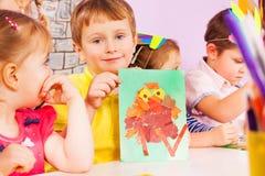 Chłopiec w wykonywać ręcznie klasę pokazuje jego pracę Zdjęcia Stock