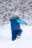 Chłopiec w zimy ubraniowym odprowadzeniu w śniegu, widok od plecy Obrazy Royalty Free