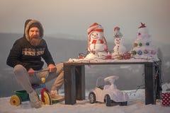 chłopiec wakacji lay śniegu zima Z podnieceniem mężczyzna jeździecki trójkołowiec na śniegu Fotografia Stock