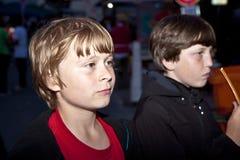 Chłopiec watchs interrested scenę obok Zdjęcie Stock
