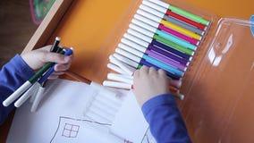 Chłopiec wp8lywy barwioni markiery dla rysować zdjęcie wideo