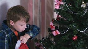 Chłopiec wp8lywy bożych narodzeń dekoracje od boże narodzenie kapeluszu i dekorują choinki zdjęcie wideo