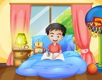 Chłopiec writing na jego łóżku Obraz Stock