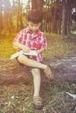 Chłopiec writing na książce jest edukacja starego odizolowane pojęcia ilustracyjny lelui czerwieni stylu rocznik Obraz Royalty Free