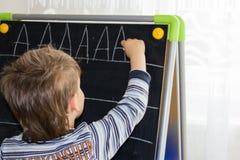 Chłopiec writing pisze list uczenie procces syna mądrze dziecka obraz stock