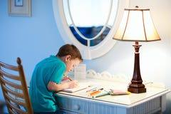 Chłopiec writing rysunek lub Zdjęcie Stock