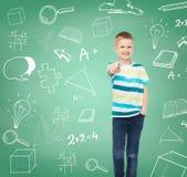 Chłopiec wskazuje jego palcowego w przypadkowych ubraniach Zdjęcia Stock